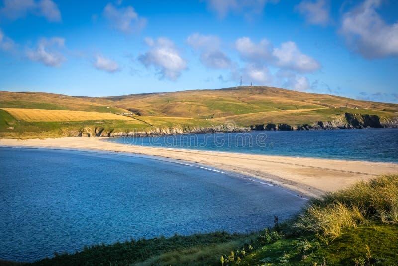 Острова Shetland - tombolo - пляж St Ninian стоковые фотографии rf