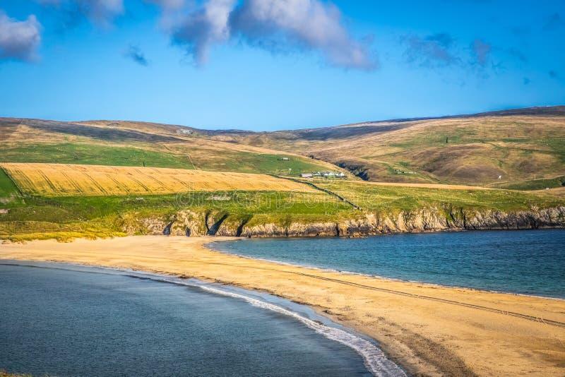Острова Shetland - tombolo - пляж St Ninian стоковое изображение
