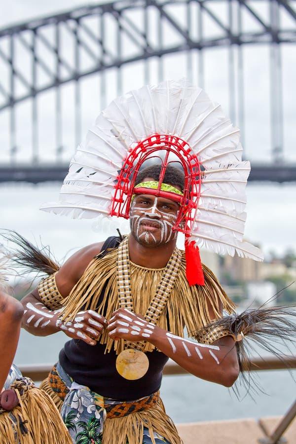 Островитянинин пролива Torres в традиционном костюме стоковое фото rf