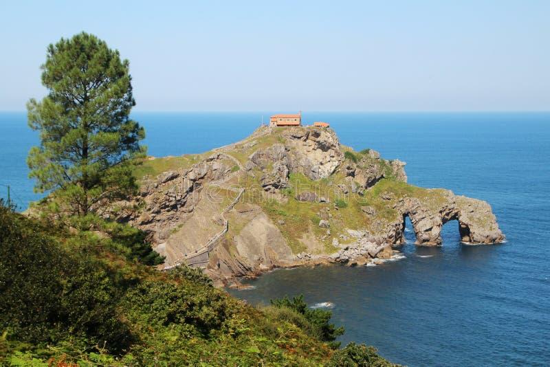 Островок Gaztelugatxe, Испания стоковое фото