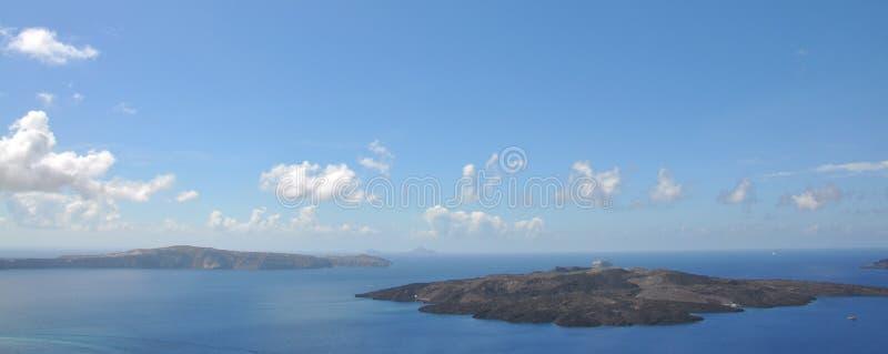Остров вулканического начала расположенный в Эгейском море - кальдере Nea Kameni и Santorini, Греции заречье moscow один панорамн стоковое фото rf