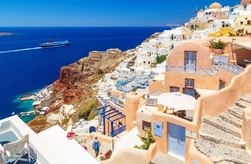 Остров Греции Santorini в Кикладах, традиционные визирования красочного и белизна помыли пути прогулки как узкие улицы и стоковое изображение rf