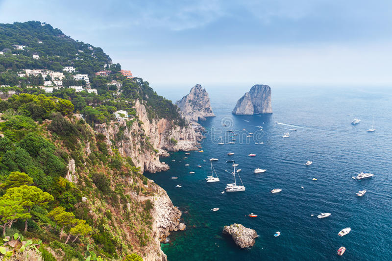 Download остров Италия Capri Побережье Средиземного моря Стоковое Фото - изображение насчитывающей baxter, ландшафт: 81800122