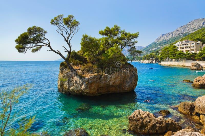Остров и валы в Brela, Хорватия стоковое фото rf