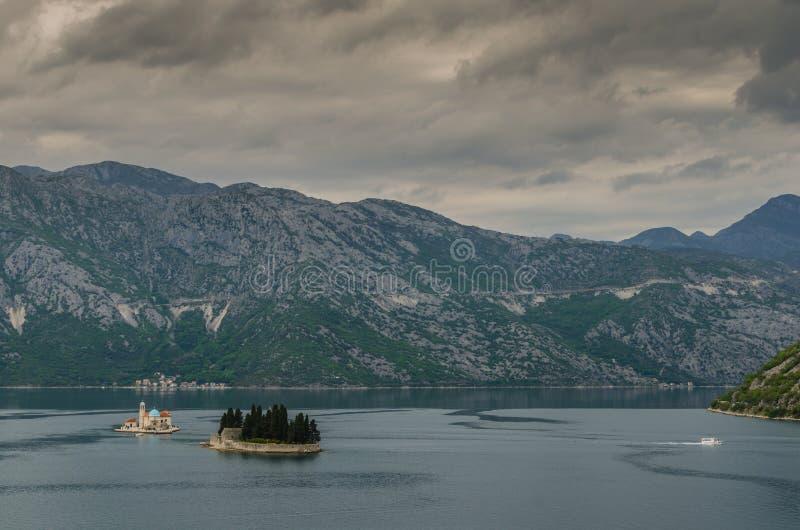 остров и голубая церковь морем стоковое фото rf