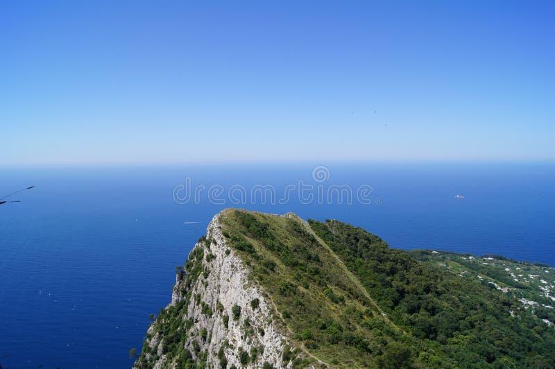 Остров и чисто голубой океан в острове Anacapri стоковое изображение
