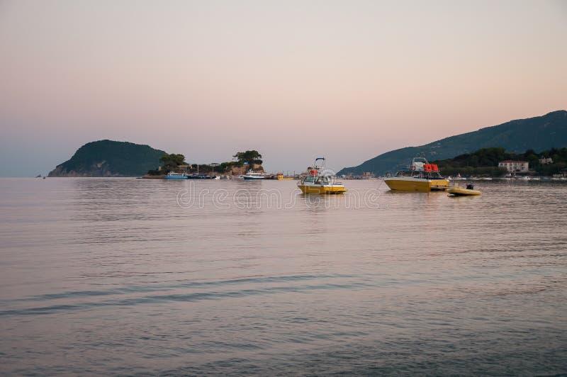 Остров камеи и порт Sostis ажио на сумраке стоковые фото