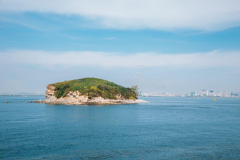 Остров Кеунгарисеом и море из района Сихва Нарае Тидаль Парк и Сервис в Ансане, Корея стоковое изображение