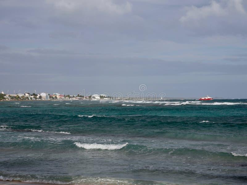 Остров красного парома уходя карибский стоковая фотография