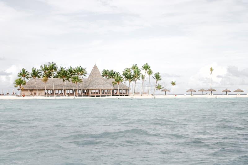 Остров-курорт с пляжем с белым песком стоковое фото