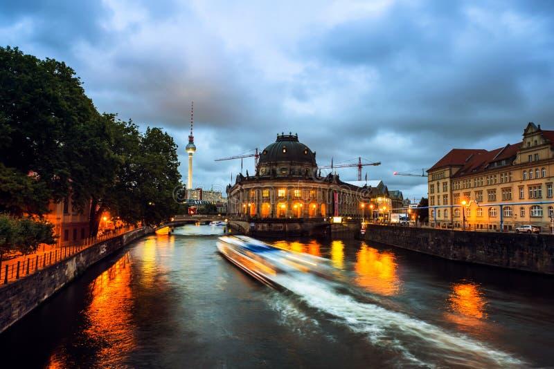 Остров музея на реке оживления и ТВ Alexanderplatz возвышаются в Берлине, Германии стоковая фотография rf