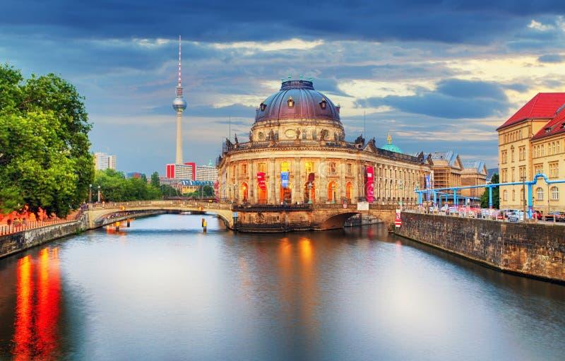 Остров музея на реке оживления и ТВ Alexanderplatz возвышаются в центе стоковая фотография rf