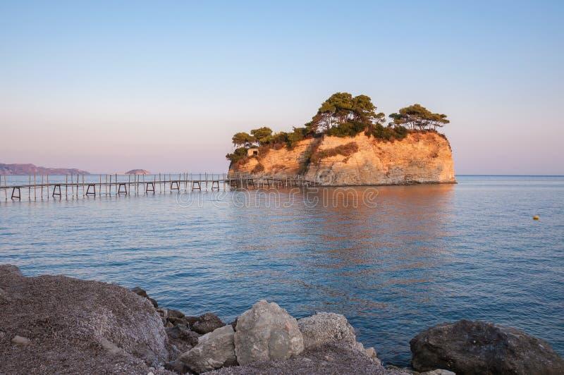 Остров на заходе солнца, Zakynhtos камеи, Греция стоковая фотография rf