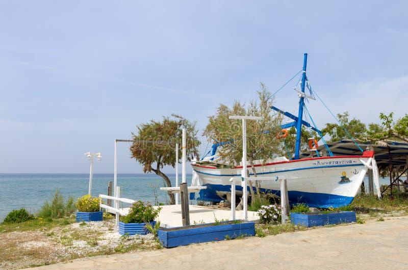 Остров 27-ое апреля 2019 - Lemnos, Греция - красивая рыбацкая лодка на береге пляжа Ioannis ажио, острова Lemnos, Греции стоковая фотография rf