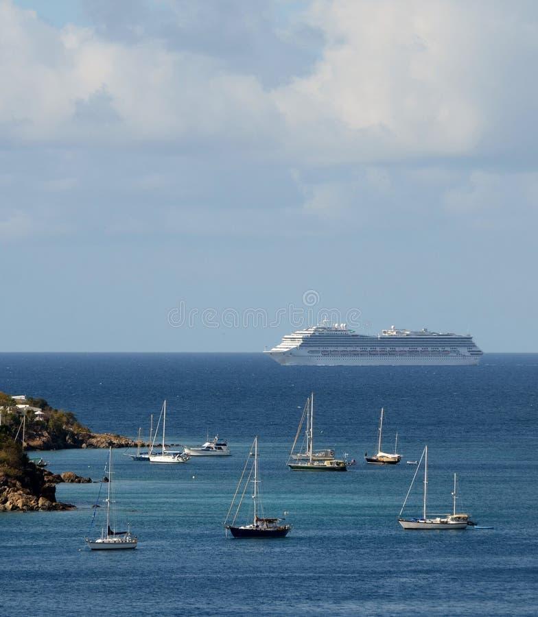 Остров океанского лайнера пассажира причаливая стоковое изображение rf