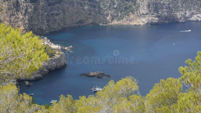 Остров окружает море стоковые изображения rf