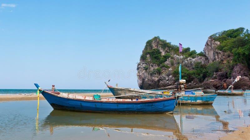 Остров перемещения рыбацкой лодки стоковое изображение rf