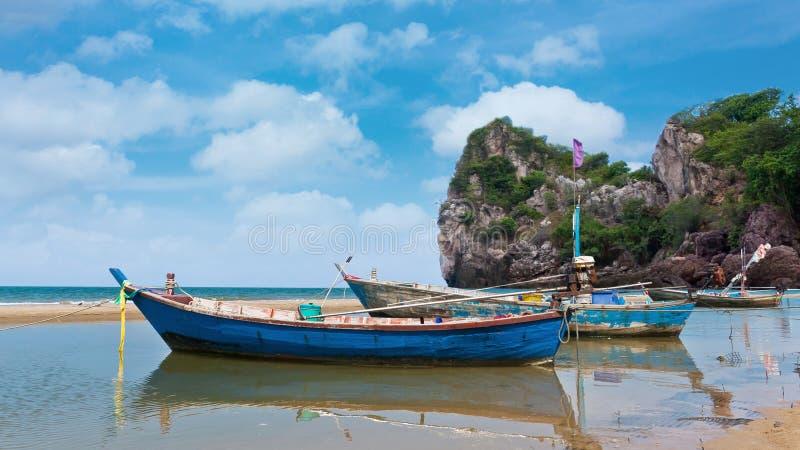 Остров перемещения рыбацкой лодки стоковая фотография