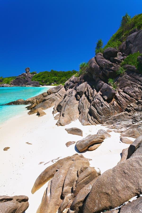 Остров, пляж, валуны, море бирюзы, Таиланд стоковое фото