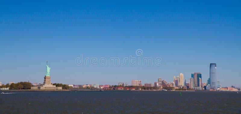 Остров свободы с статуей стоковое фото rf