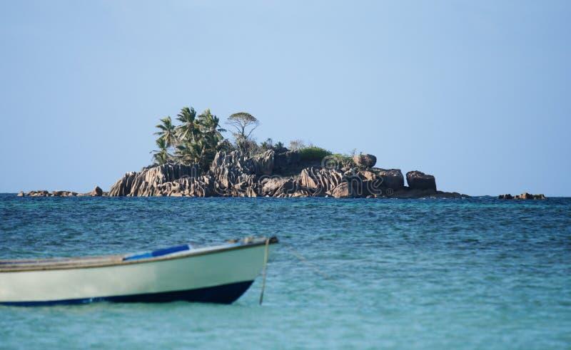 Download остров Сейшельские островы гранита Стоковое Изображение - изображение насчитывающей море, утесы: 6851725