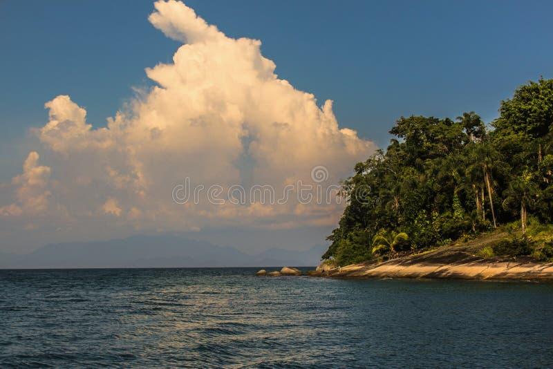 Остров со славным большим облаком в Paraty стоковая фотография