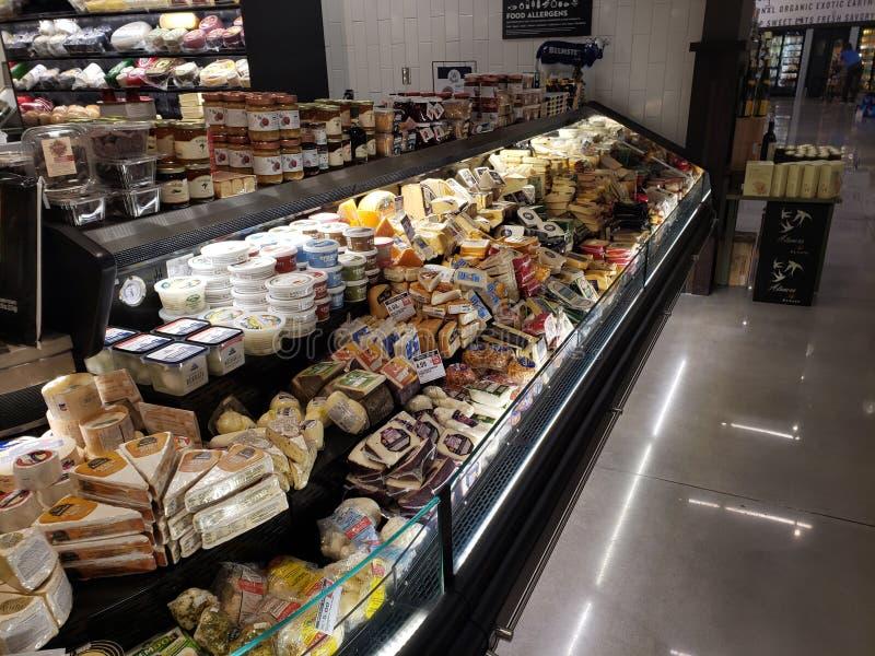 Остров сыра супермаркета стоковая фотография rf