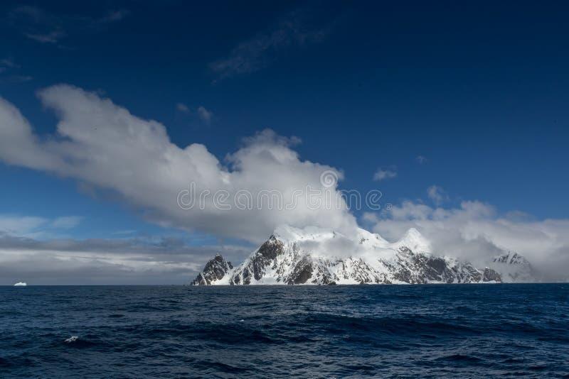 Остров слона (южные острова Shetland) в южном океане С пунктом одичалым, положение surviva господина Эрнеста Shackleton изумитель стоковое фото