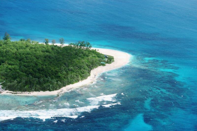 Download остров тропический стоковое изображение. изображение насчитывающей волны - 6851625