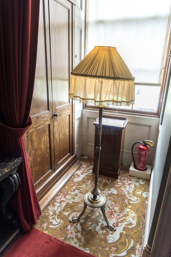 Остров Уайт дома Osborne стандартной лампы и окна стоковые изображения