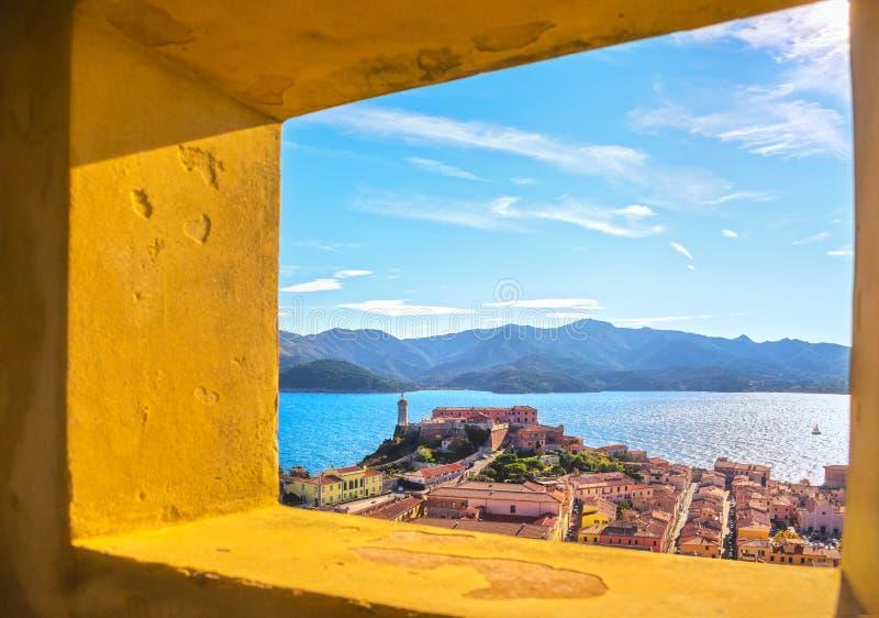 Остров Эльбы, вид с воздуха Portoferraio от старого окна Lighthous стоковое фото