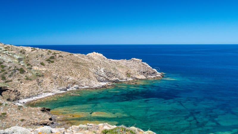 Остров Asinara голубое зеленое море с горами стоковое изображение
