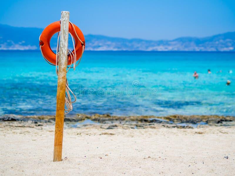 Остров Chrissi, Крит, Греция Lifebuoy на золотом пляже, символ помощи, безопасности, спасения, SOS стоковые фотографии rf