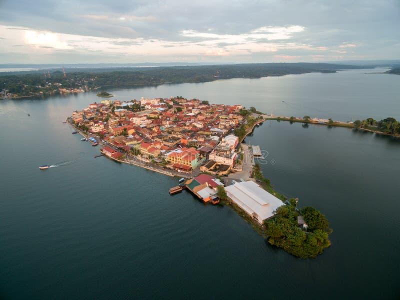 Остров Flores в Гватемале Свет захода солнца с озером Peten Itza в предпосылке стоковые изображения