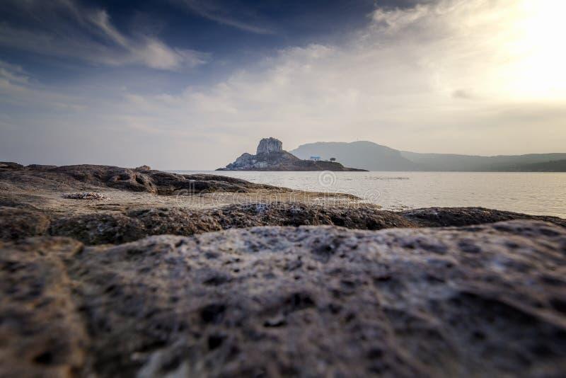 Остров Kos, Греция, взгляд побережья деревни Kefalos, острова Kas стоковое изображение rf