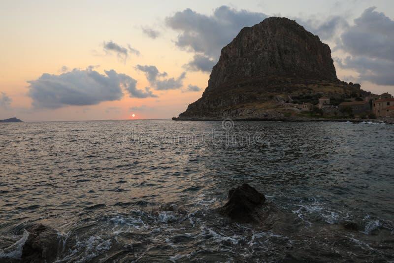 Остров Monemvasia восхода солнца, Греция, Пелопоннес, Lakonia Назначения перемещения стоковые изображения rf