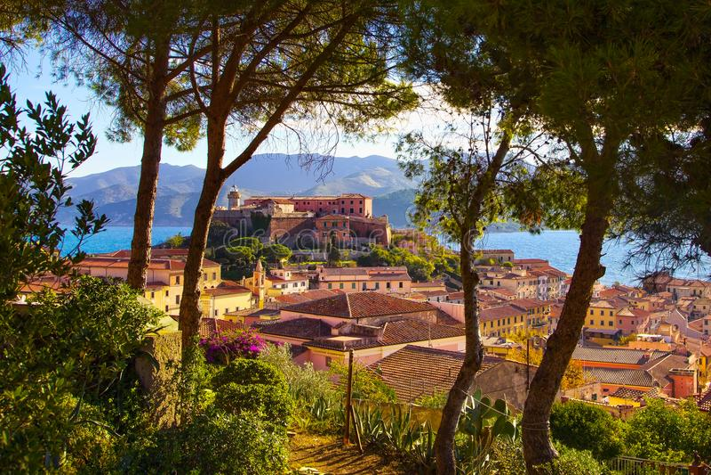 Остров, Portoferraio, деревья, маяк и форт Эльбы Тоскана, стоковое изображение