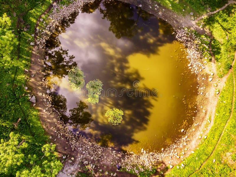 Остров Saarema, Эстония: воздушное взгляд сверху главный кратер метеорита в деревне Kaali стоковые фотографии rf
