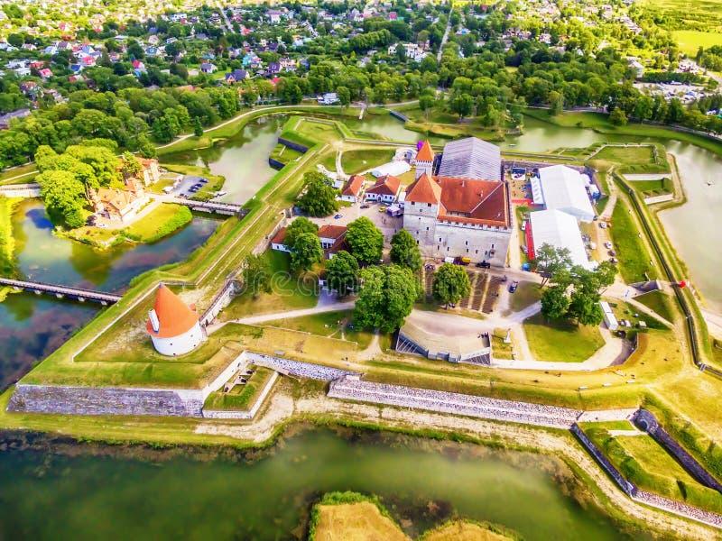 Остров Saarema, Эстония: воздушное взгляд сверху замка Kuressaare епископского стоковые изображения