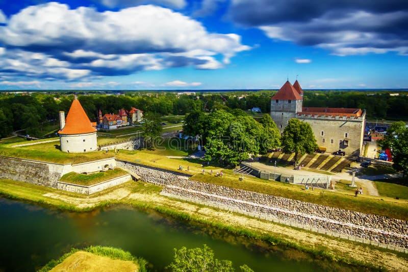 Остров Saarema, Эстония: воздушное взгляд сверху замка Kuressaare епископского стоковое изображение