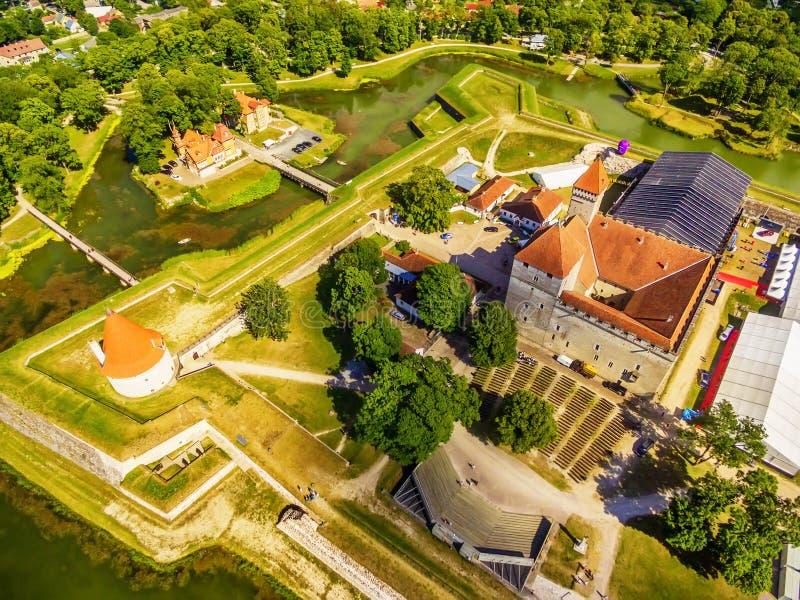 Остров Saarema, Эстония: воздушное взгляд сверху замка Kuressaare епископского стоковые изображения rf