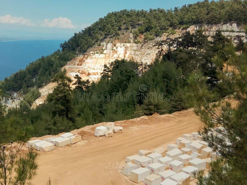 Остров Tasos, взгляд от горы к мраморному депозиту стоковые фото