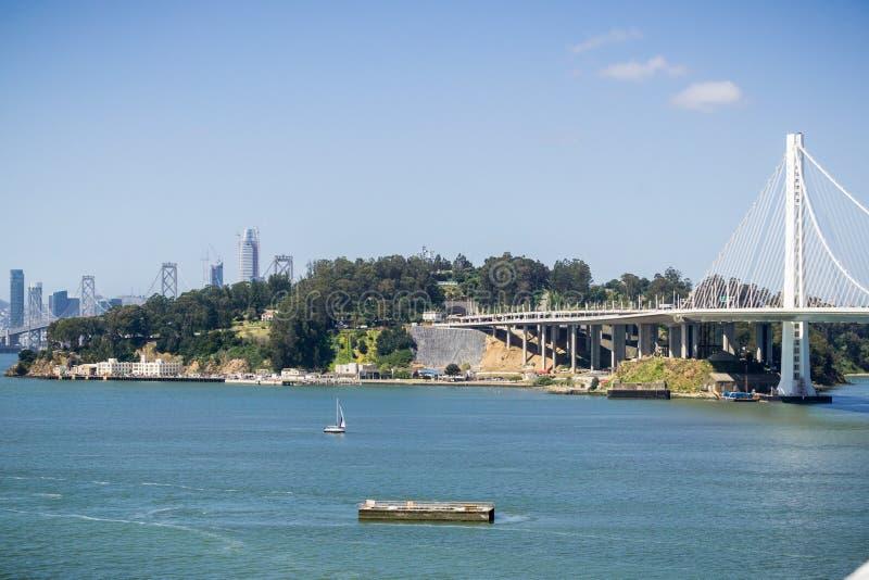 Остров Yerba Buena и мост залива, центр города Сан-Франциско на заднем плане, Калифорния стоковые фотографии rf