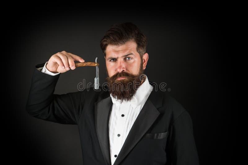 Острое лезвие Вырастите усик Растя и поддерживая усик Человек с усиком Холить бороды и усика r стоковое фото