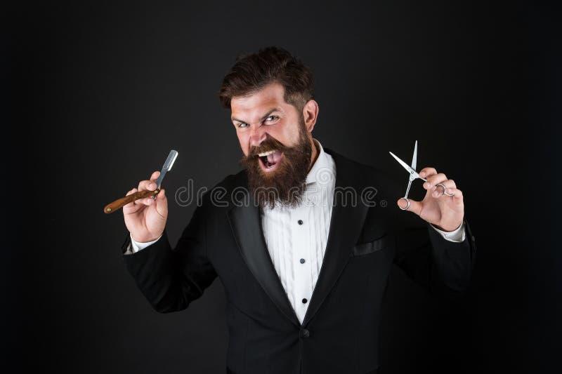 Острое лезвие Смокинг носки хипстера красивый бородатый Концепция парикмахерской Брить опасное лезвие Вырастите усик Расти стоковые фото