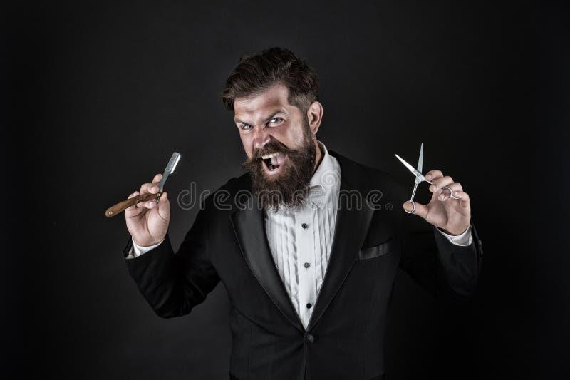 Острое лезвие Смокинг носки хипстера красивый бородатый Концепция парикмахерской Брить опасное лезвие Вырастите усик Расти стоковые изображения rf