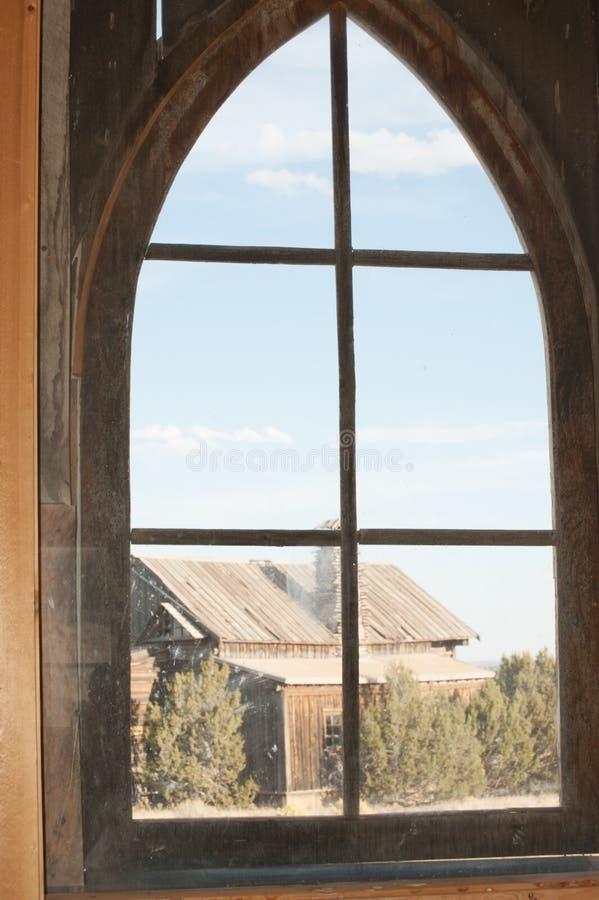Остроконечное сдобренное окно с старым деревянным зданием в взгляде стоковые фотографии rf