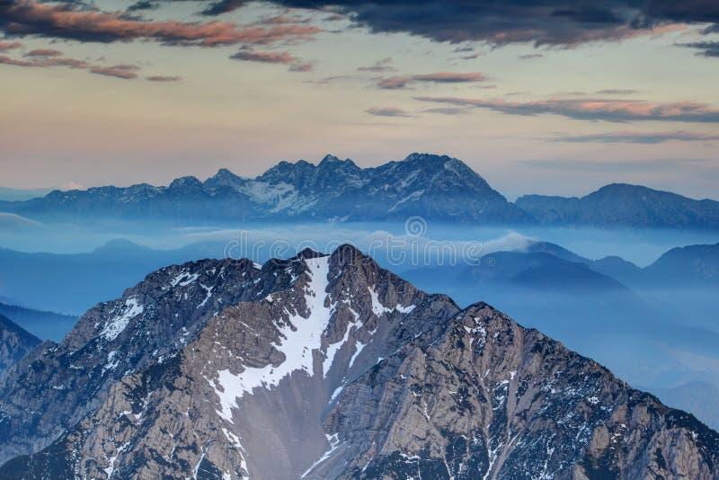 Острые гребни Karavanke и Kamnik Savinja Альп на туманном сумраке стоковое фото rf