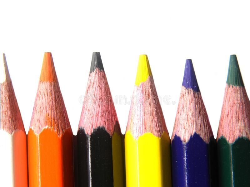 Острые карандаши цвета на белой предпосылке стоковые фото