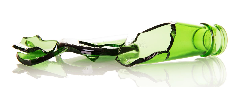Острые черепки пивных бутылок на белизне стоковое изображение rf